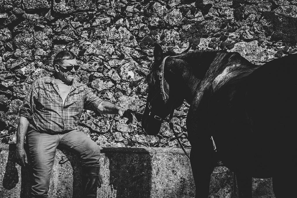 nomadrandoacheval cavalier cheval caresse larzac noir et blanc