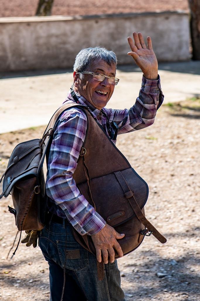 nomadrandoacheval cavalier sacoches heureux sourire