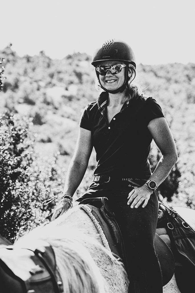 nomadrandoacheval cavaliere cheval blanc heurseuse sourire bombe casque noir et blanc