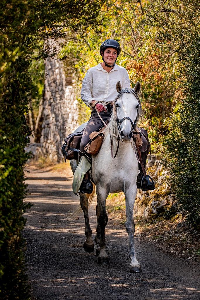 nomadrandoacheval cavaliere jument larzac sourire
