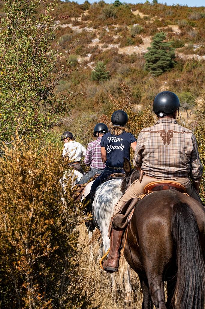 nomadrandoacheval cavaliers colonne buis soleil casques