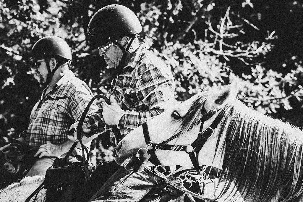 nomadrandoacheval cavaliers dextre cheval noir et blanc