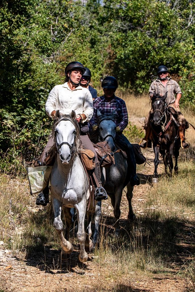 nomadrandoacheval cavaliers galop larzac randonnee chevaux sejours nature